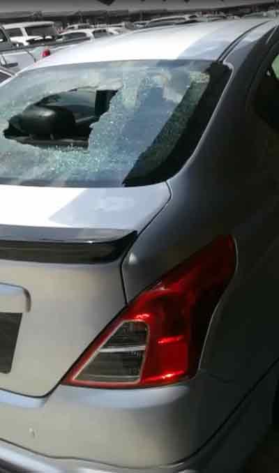 林先生车行深受高空坠物所害,待售的二手车被碎片砸穿挡风玻璃。