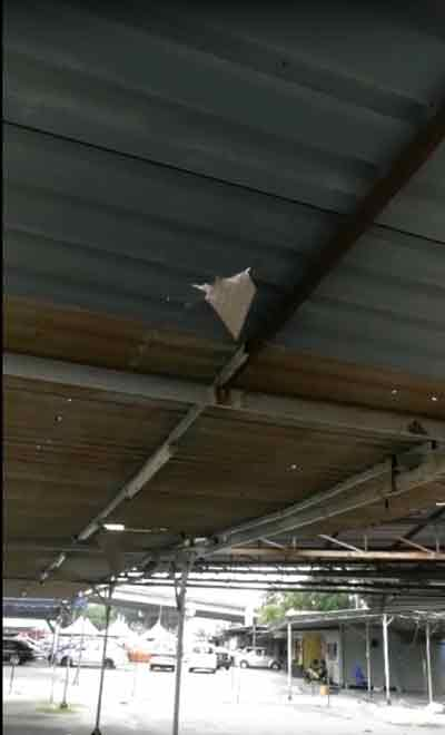 磁砖碎片从天而降,连锌棚都被砸穿。