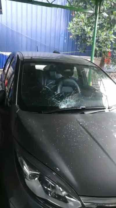 当地其他车行同样深受其害,从高空坠落的碎片砸破挡风玻璃,令业者损失惨重。