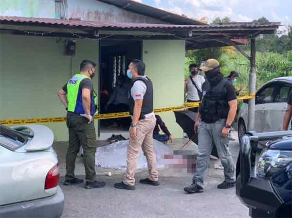 死者持枪从下巴朝头部开枪,头破血流后当场毙命。