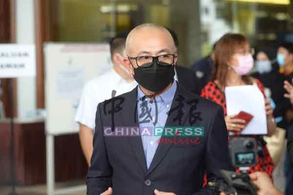 罗兹曼于周四在吉隆坡法庭,被控1项滥权罪名。