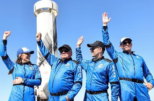 (左起)鲍尔斯、夏特纳、博斯伊森和德弗里斯返回地球后向媒体挥手。(法新社)