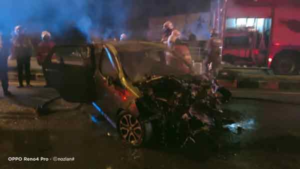 2名男女共乘的轿车,在车祸后燃起的火势非常骇人。