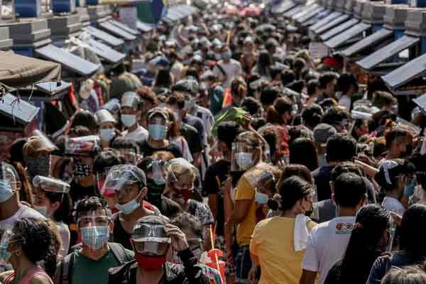 去年圣诞前夕,马尼拉民众戴着口罩和面罩到市集采购。