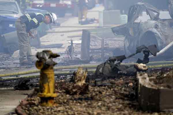 小飞机坠毁在加州圣迭戈郊区,坠机现场可见残骸,焦黑一片。(美联社)
