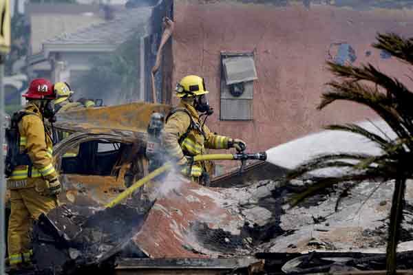 消防员抵达现场展开灭火工作。(美联社)