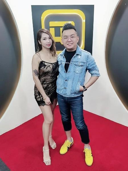 林藻钿(右起)与太太黄晓秋一起创办QR FASHION直播公司。