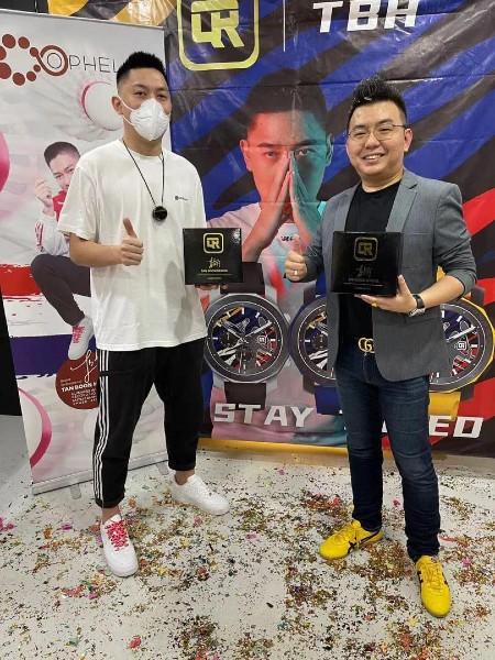 林藻钿(右起)与陈文宏合作,促销限量版手表。